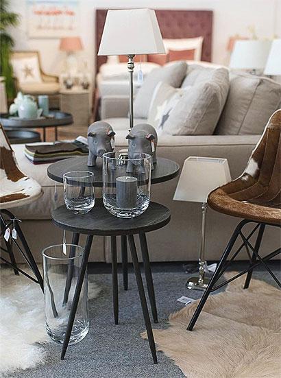 Eingerichtetes Wohnzimmer mit Beistelltisch und Sofa