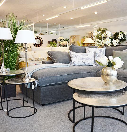 Eingerichtetes Wohnzimmer mit Tisch und Sofa