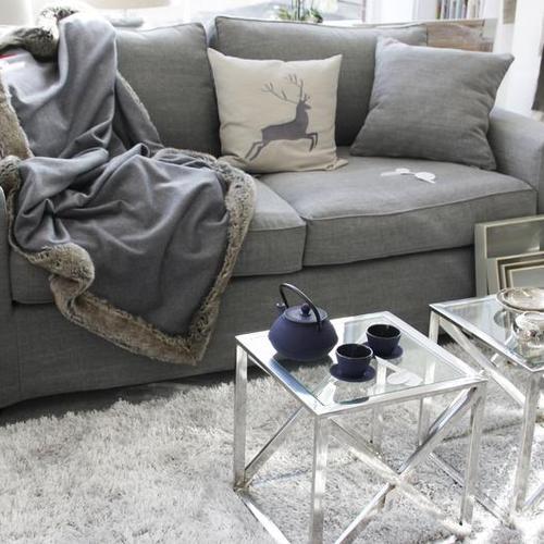 Sofa mit Beistelltisch