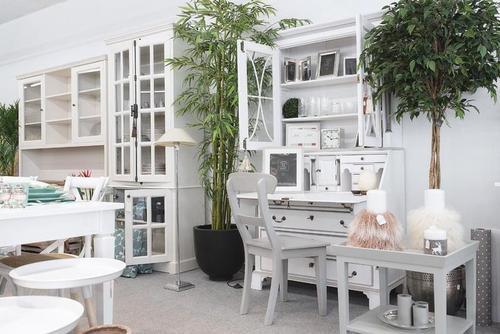Esstisch und Schreibtisch