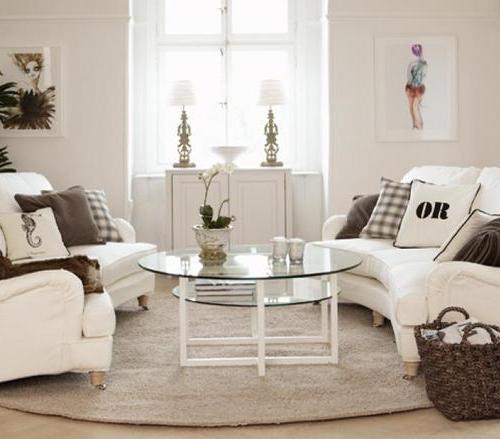 Sofa mit Kissen und Tisch