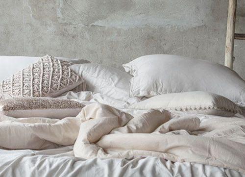Bett mit Kissen und Decken